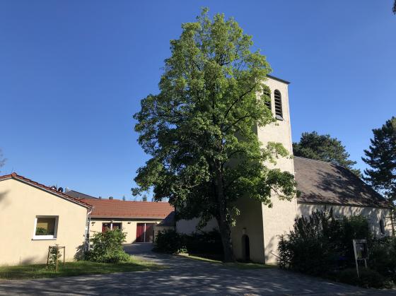 Foto der Stephanuskirche mit Gemeindehaus