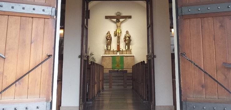 Blick in die Kirche durch die offene Kirchentür