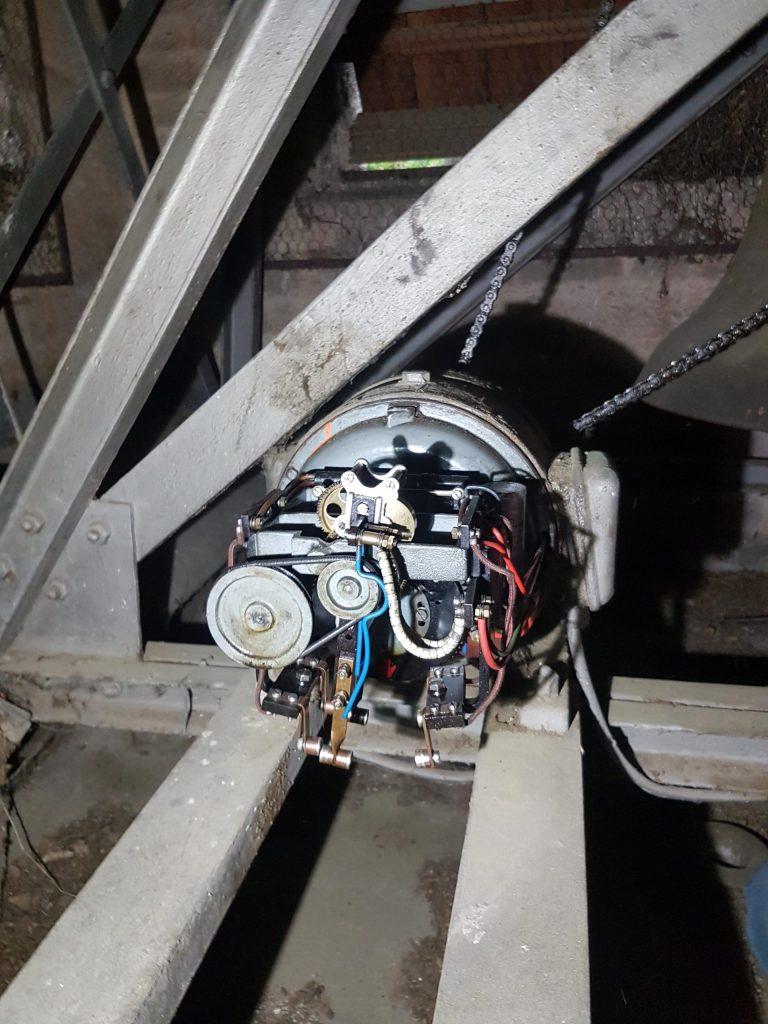 Glockenmotor, welcher die Glocke beim Läuten in Schwingung versetzt