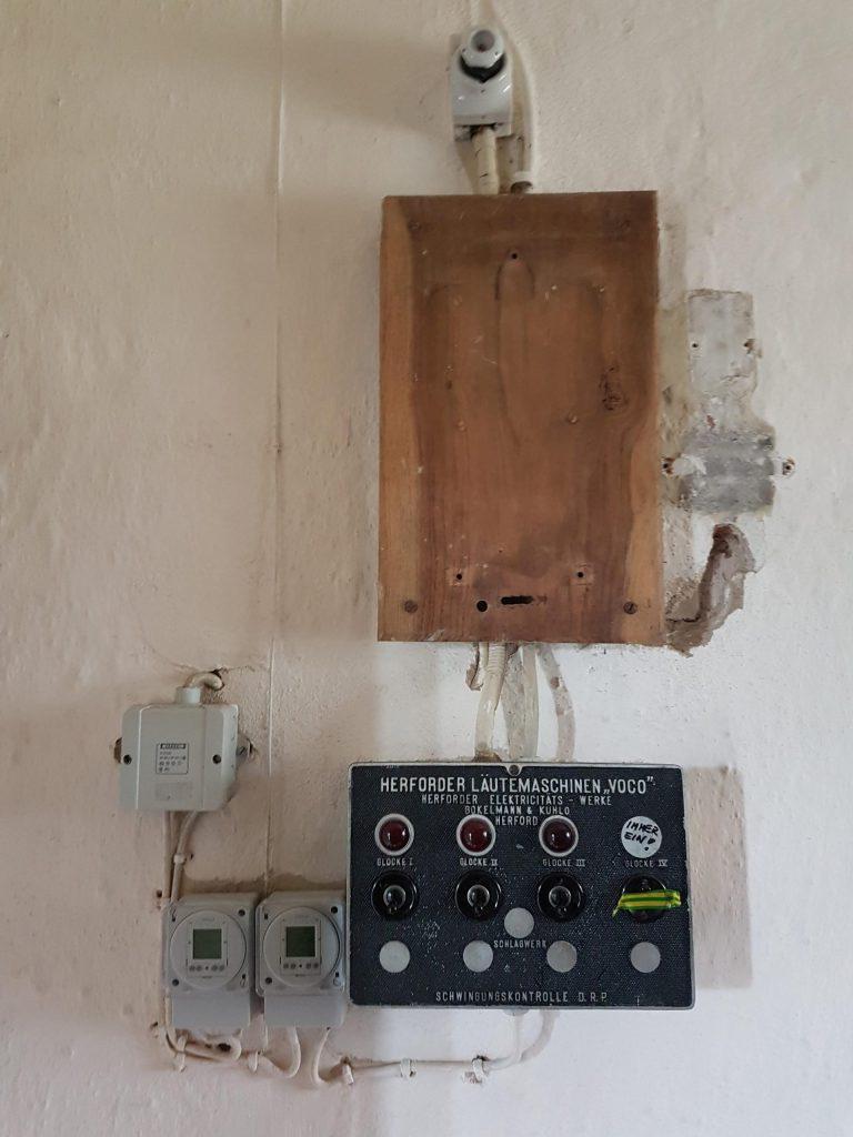 Bedienfeld zum Läuten der Glocken in historischem Umfeld mit der alten Technik