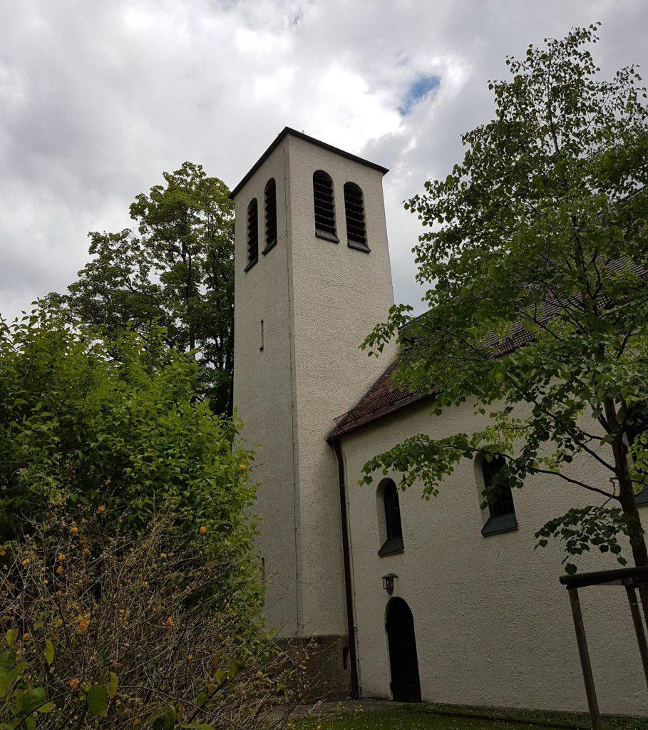 Außenansicht des Glockenturmes der Stephanuskirche Nürnberg Gebersdorf