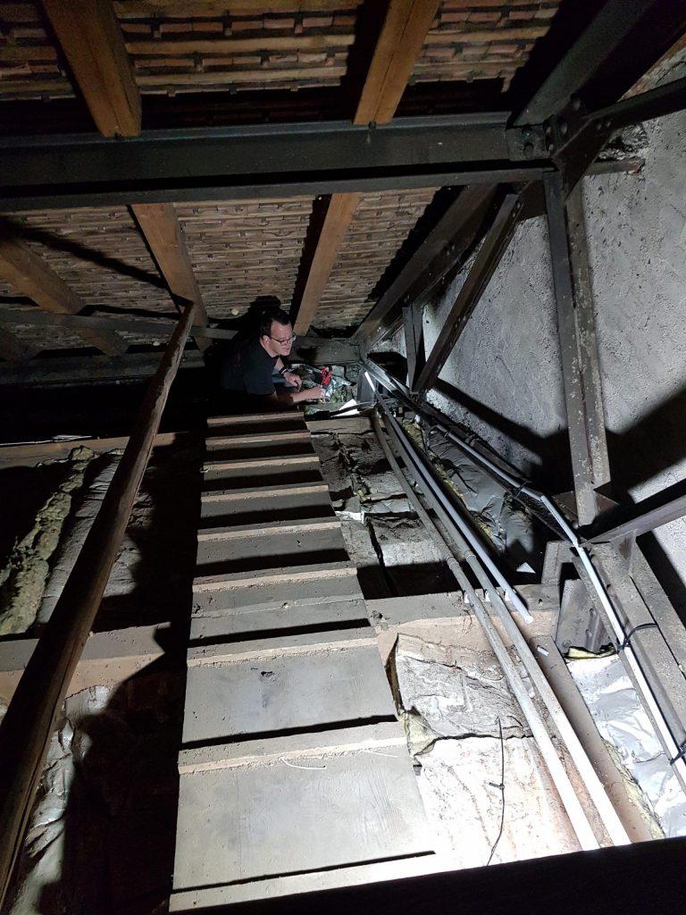 Blick auf das Tonnengewölbe der Stephanuskirche Nürnberg Gebersdorf vom Dachboden mit der alten und neuen Elektroinstallation