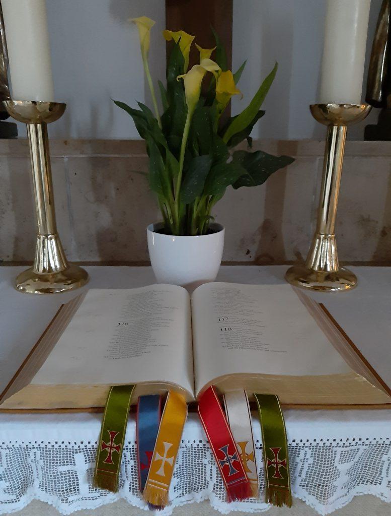 Bibel auf dem Altar der Stephanuskirche Gebersdorf