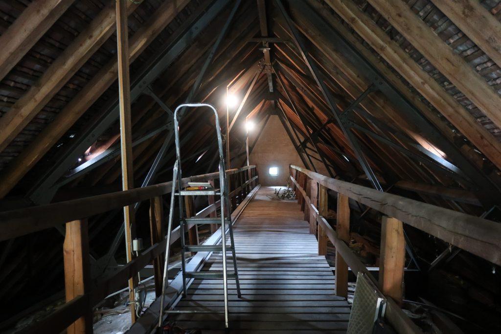 Dachboden der Stephanuskirche mit Leiter und Werkzeug
