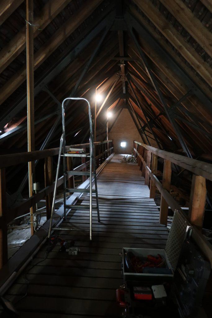 Beleuchtungssituation vor dem Umbau - Bild aufgenommen im Dachboden der Stephanuskirche