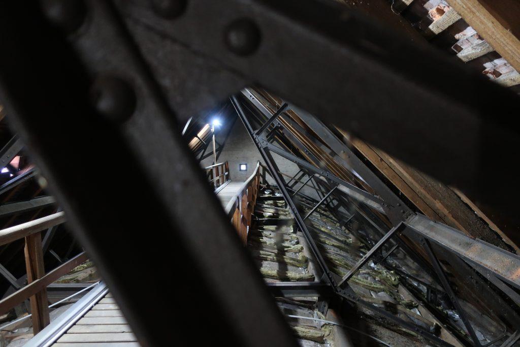 Blick auf die Stahlkonstruktion im Dachboden der Stephanuskirche in Nürnberg, Gebersdorf