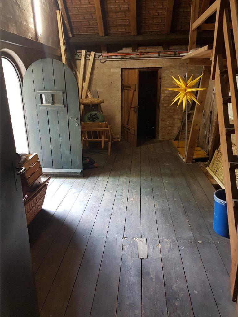 Das Aufräumen hat sich rentiert. Der Dachboden in der Kirche über dem Altarraum ist wieder frei zugänglich und geordnet.