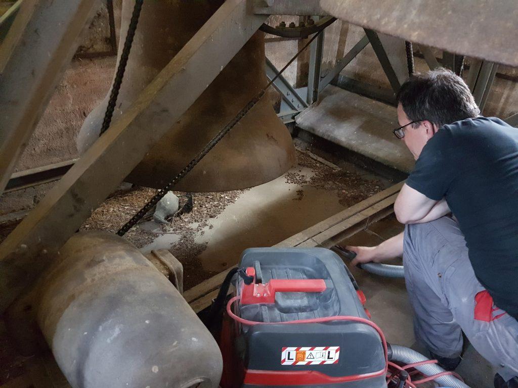 Unmengen Staub und Laub im Glockenturm. Nur durch Klettern kommt man überhaupt an alle Stellen zum saubermachen.