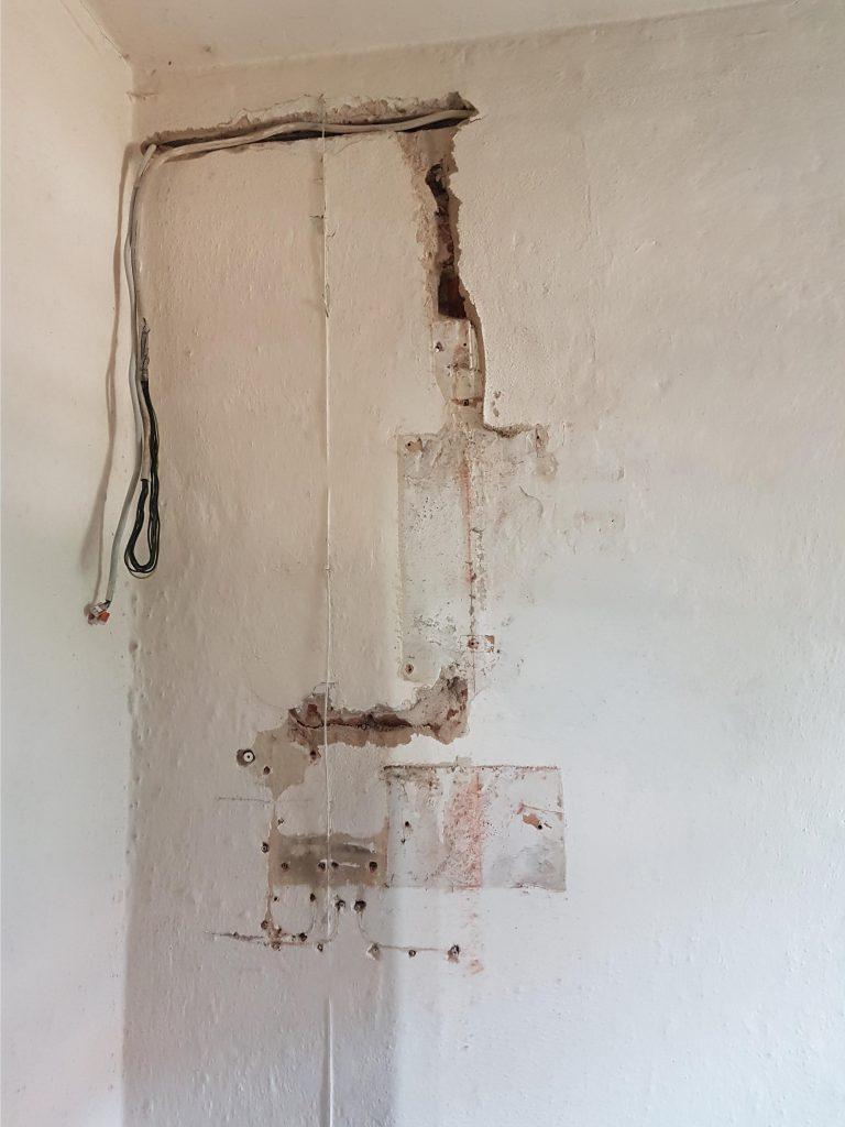 Foto der Wand nach der Demontage der bisherigen Glockenuhr