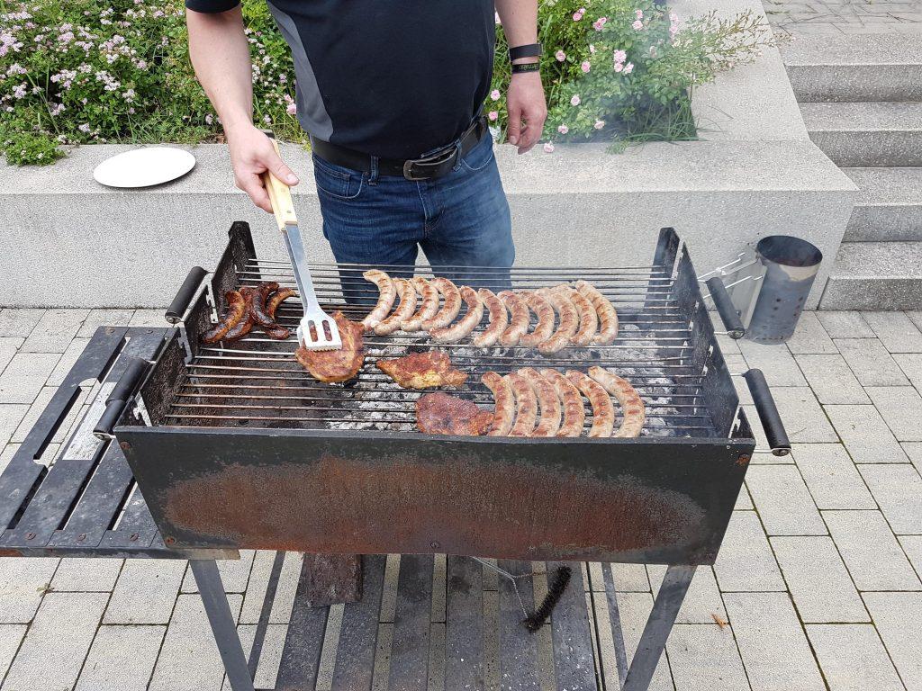 Stärkung muss sein. Am Abend wurde Gegrillt, es gab Bratwürste und Steaks.