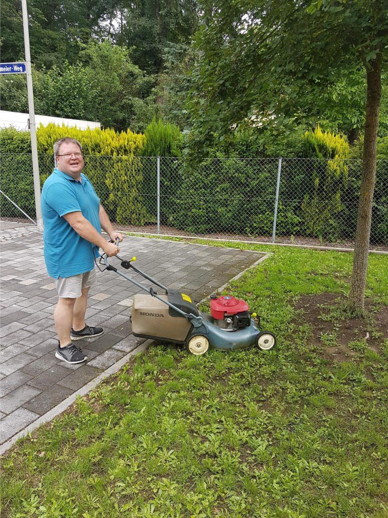 Regelmäßiges Rasenmähen gehört im Sommer auch dazu.