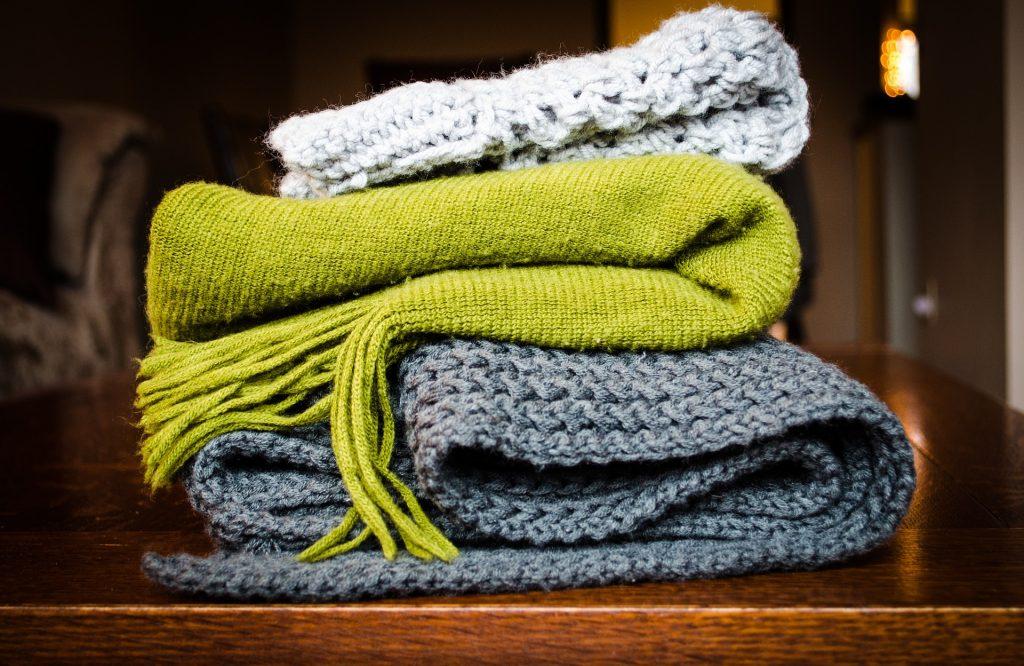 Symbolfoto: Stapel von Decken und Schals