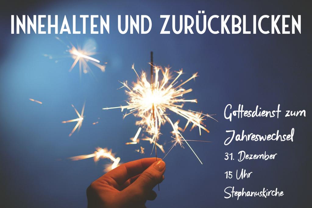 Hand mit Wunderkerze und Einladungstext zum Gottesdienst am Altjahresabend in der Stephanuskirche.