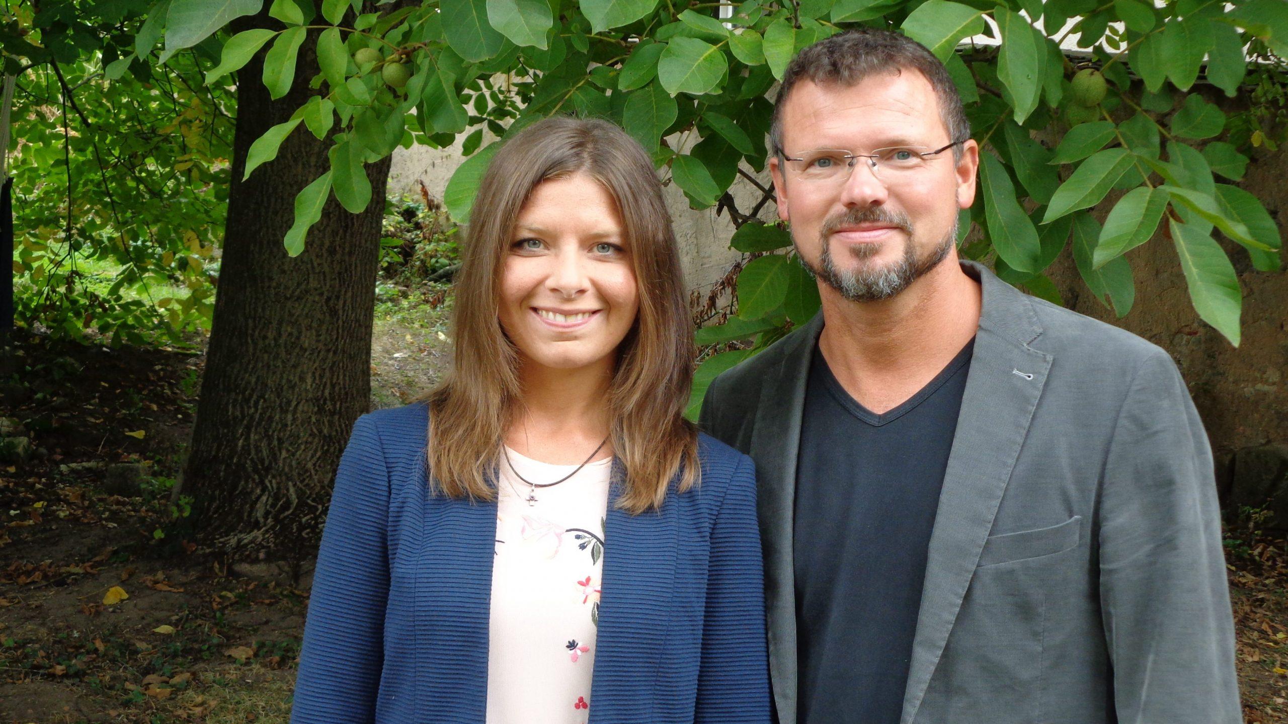 Foto von Juliane und Matthias Jung im Grünen
