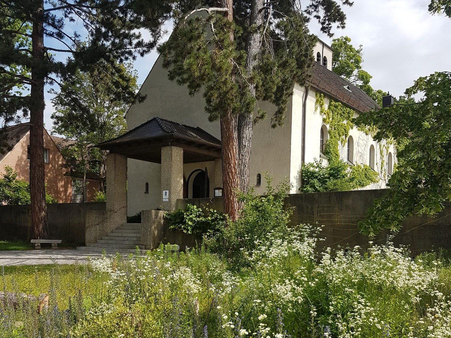 Bild der Stephanuskirche vom Neumühlweg aus im Sommer