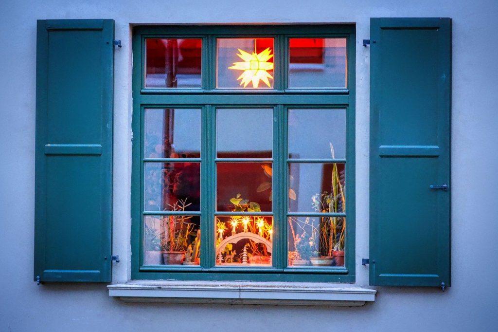 Adventsfenster mit Krippe und Stern