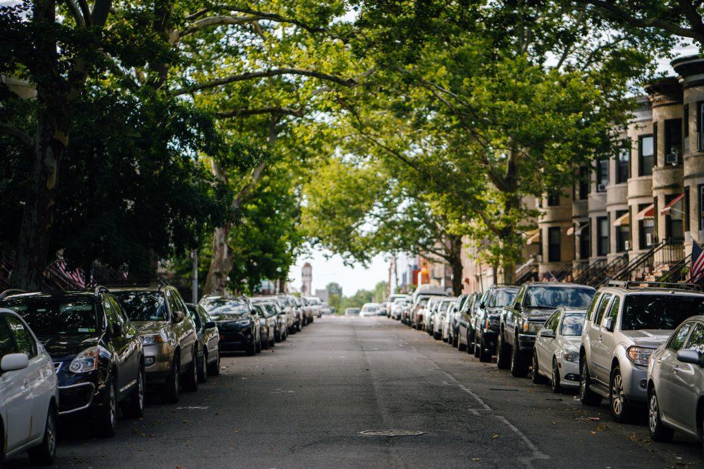 Symbolbild: Autos parken dicht gedrängt links und rechts an einer Straße