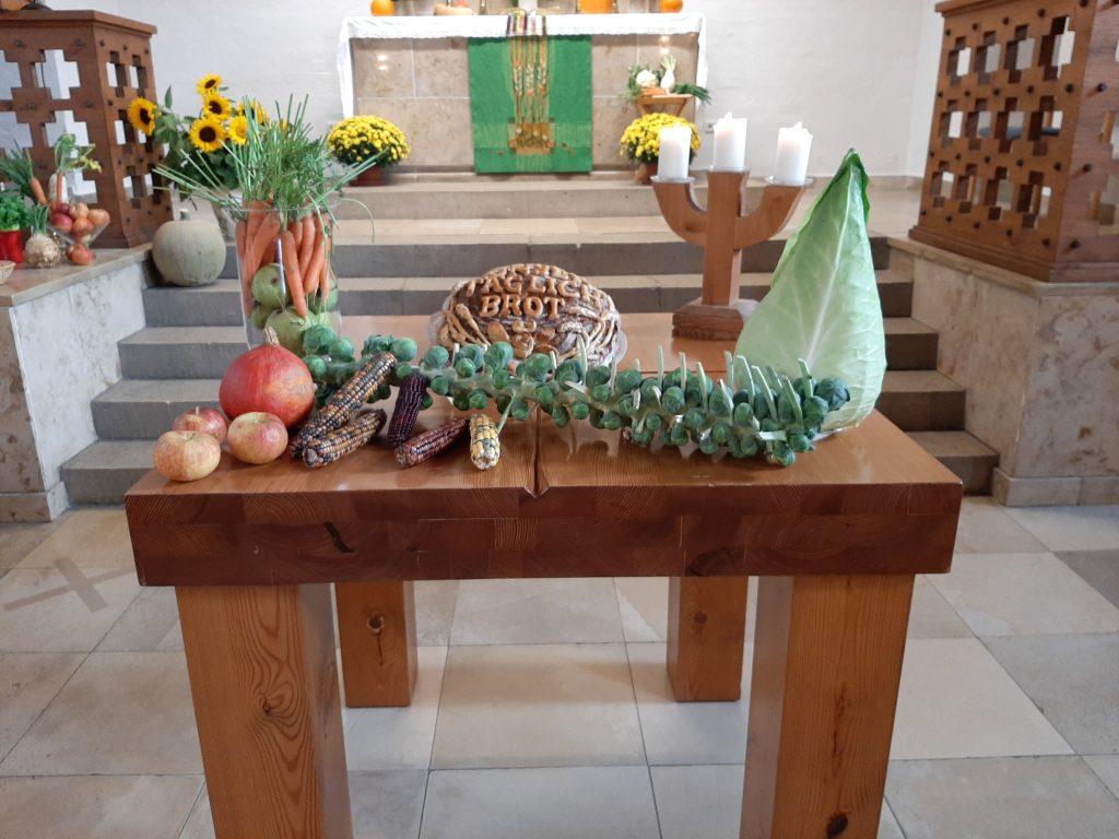 Erntedankaltar in der Stephanuskirche mit verschiedenen, geernteten Gemüsesorten