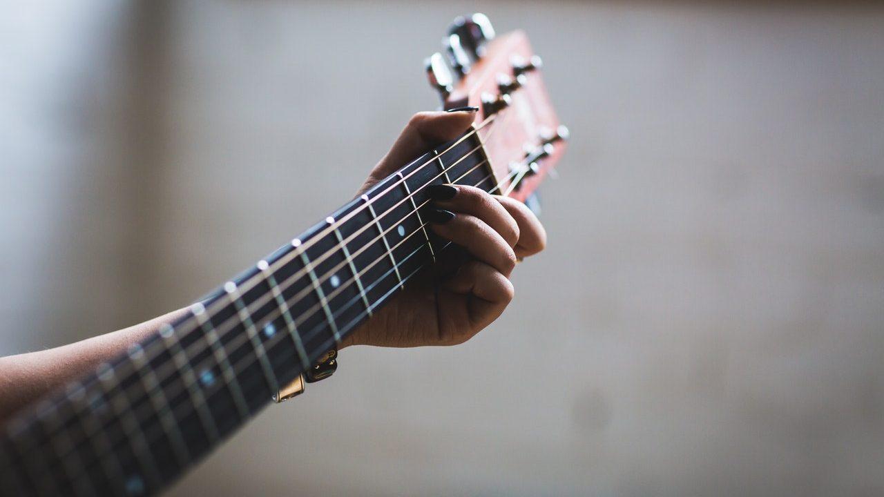Symbolbild: Bildausschnitt Gitarrist mit Gitarre
